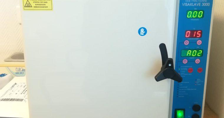 Autoclave permettant la stérilisation des instruments de pédicure.